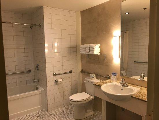 Le Square Phillips Hotel & Suites: Bathroom