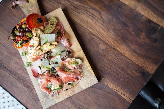 Brossard, Canada: Tagliere, prosciutto di parma, salame italiano, speck