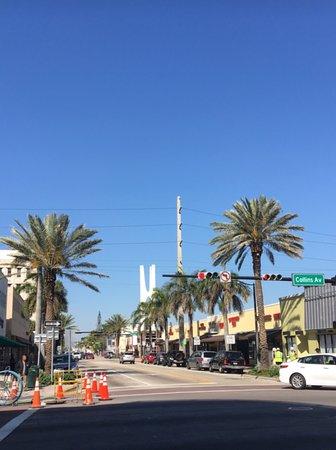 Crystal Beach Suites Hotel : Rua em frente ao hotel