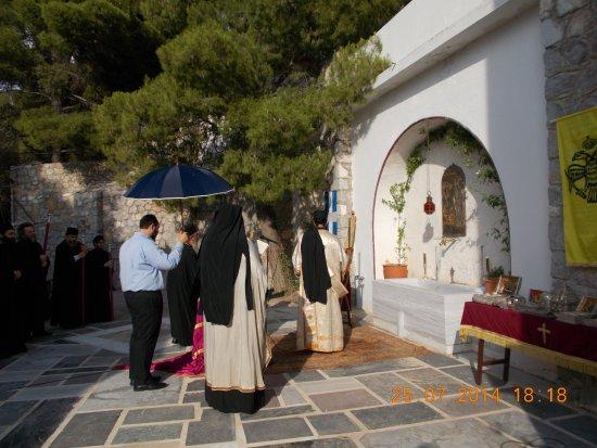 Megara, Yunanistan: αγιασμός στην φιάλη της μονής κατά την παραμονή της εορτής ( 26/07 )