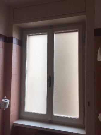La finestra del bagno e il moderno porta rotolo - Foto di Hotel ...