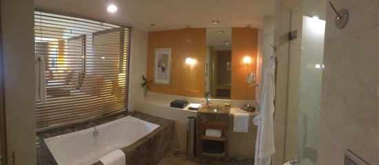 InterContinental Beijing Financial Street: Bathroom offers view into the main room but the window can be closed as well. Separate toilet.