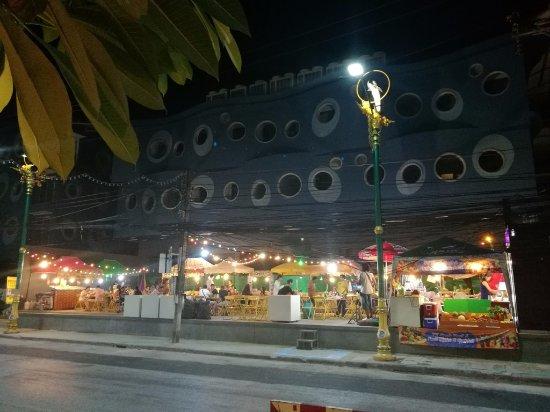 Rayaburi Hotel Patong: ศูนย์อาหารหน้าโรงแรม