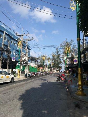 Rayaburi Hotel Patong: ถนนไปยังชายหาด