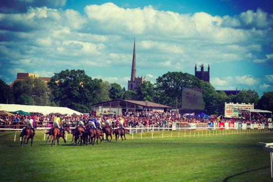 Worcester, UK: Enjoy the racing action with views of the city