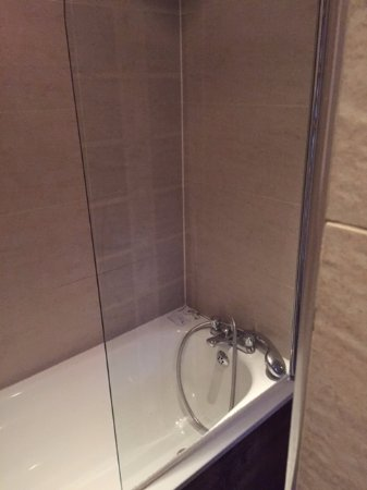 Charmant Royal Eagle Hotel: Bath Tube/shower Was Ok.