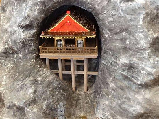 Wakasa-cho, Japón: 不動院岩屋堂 ドローンで撮影・・・ウソです、模型です