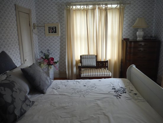 Ridgetown, Canadá: Blue Room: queen size slay bed, private bath