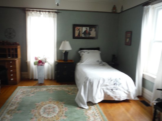 Ridgetown, Kanada: Art Deco Room with 2 twin beds, private bath
