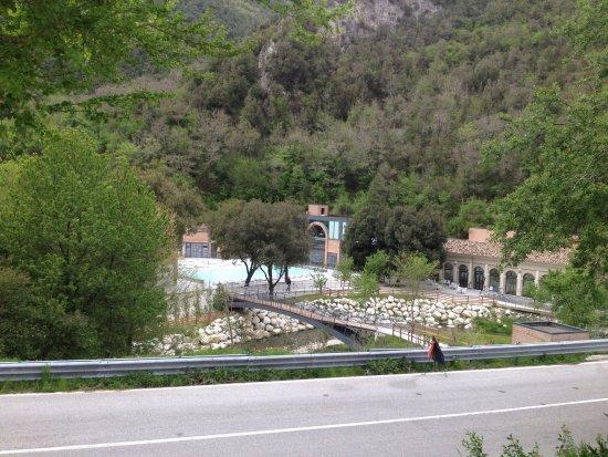 Cerreto di Spoleto, Italië: la vista dei Bagni di Triponzo dal parcheggio
