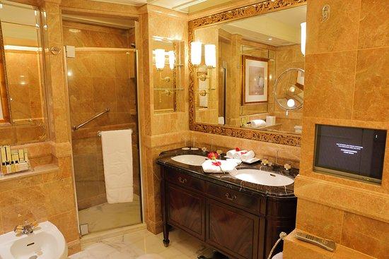 Island Shangri-La Hong Kong: Nice bathroom.