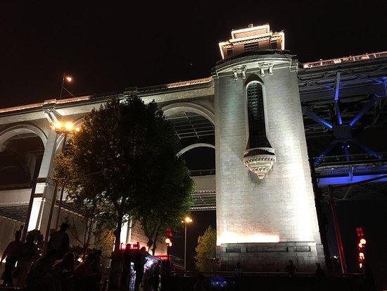 Wuhan the Second Yangtze River Bridge: ライトアップされて綺麗