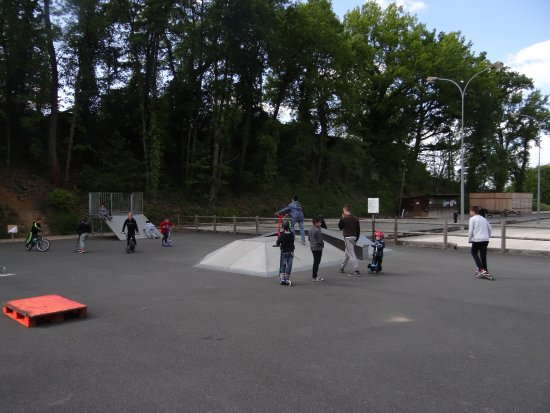 Carsac-Aillac, França: Lots of young people at the skatepark
