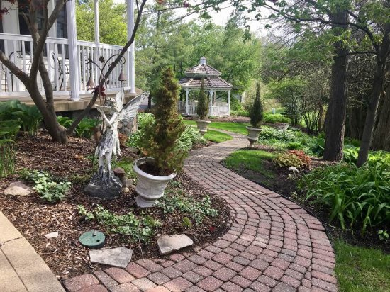 Valparaiso, IN: Simply beautiful grounds.