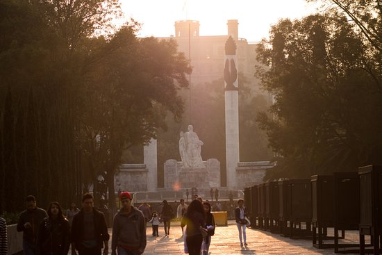 Parque Chapultepec: Monument and castle at sunset
