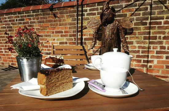 Tutbury, UK: Tea and cake in the garden