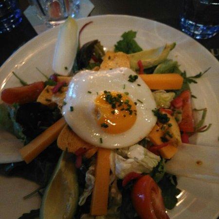 Salade avec poulet oeufs au plat salade tomate avocat cheddar