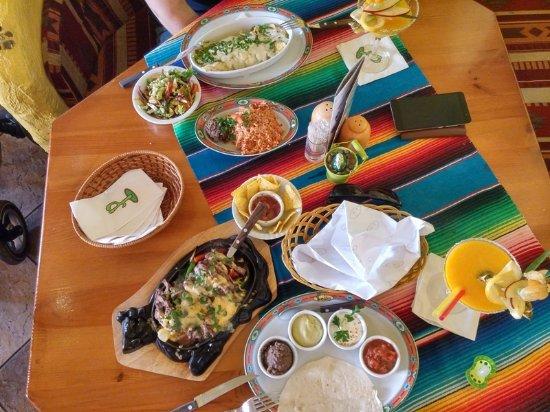 Restauracja Pueblo: Enchilada z wołowiną i fajitas wołowe.