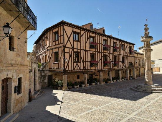 Penaranda de Duero, Espagne : Casas y el rollo en la plaza.