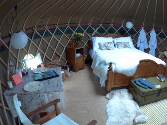 Longhope, UK: Comfy bed with warm duvet, solar lights and ample candles to create a wonderful atmosphere