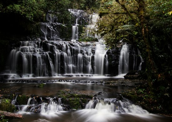 Papatowai, นิวซีแลนด์: Purukaunui Falls captured with a slow shutter speed.