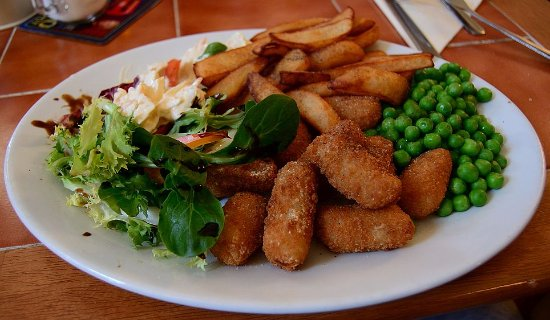 Aldborough, UK: Scampi, chips and peas with an accompaniment of salad.