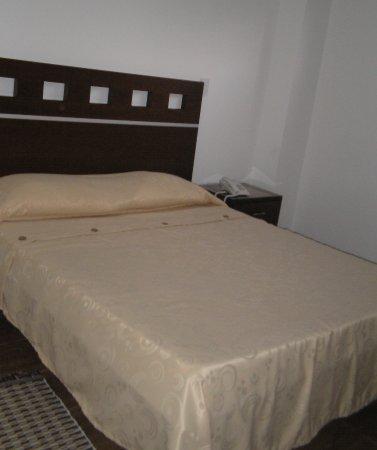 Hotel Buenavista: habitacion para persona sola o pareja baño privado agua caliente tv por cable zona wifi