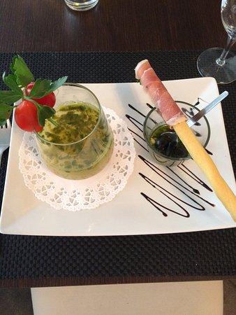 Porrentruy, İsviçre: Risotto à l'encre de seiche et calamars Soupe froide au basilic frais, Pesto et gressin au jambo