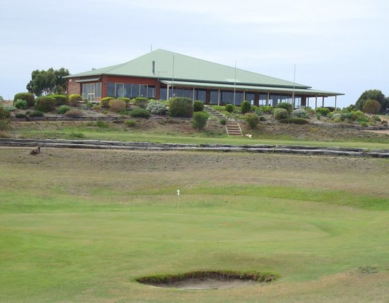 Pink Lake Country Club is a beautiful 18 hole golf course with grass greens located in Esperance