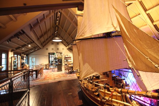 Geyserville, Калифорния: Marie Antoinette ship by a lovely tasting area
