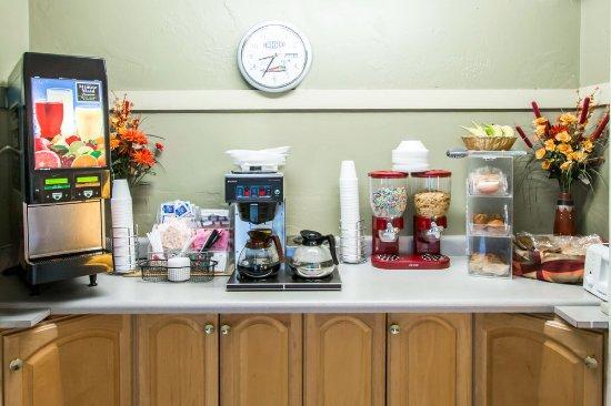 Econo Lodge University: Continental breakfast area