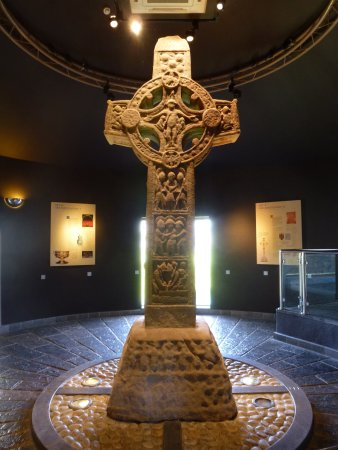 County Offaly, Irlanda: The original High Cross, now indoors for protection from weather