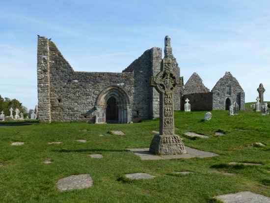 County Offaly, Irlanda: Ruins of chapels and monastery buildings with some of the numerous Celtic crosses.
