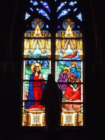 Chapelle du sacr coeur le vitrai central est du xixe for Au jardin des oliviers