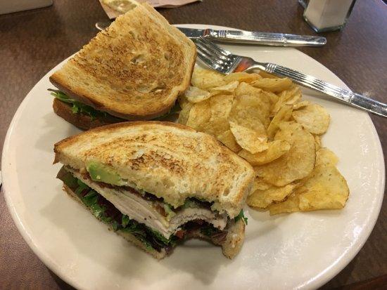 San Mateo, Californië: Chicken club sandwich and chips