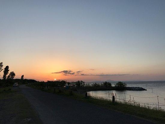 Ibaraki Prefecture, Japan: 稲敷市の和田公園からの落日。右手に筑波山が見えます