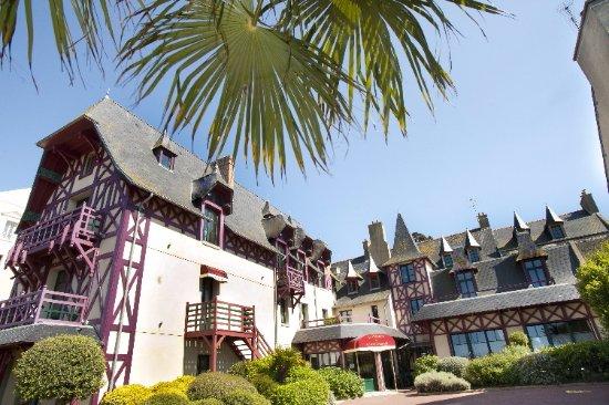 Manoir du Cunningham Hotel: Vue de l'hôtel depuis la cour