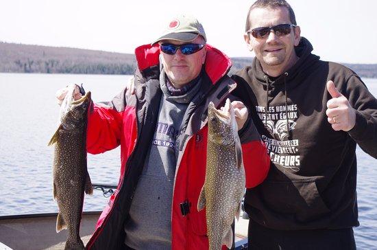 Lac-Megantic, كندا: Poissons pris sur le lac et photo prise sur le quai de l'hotel