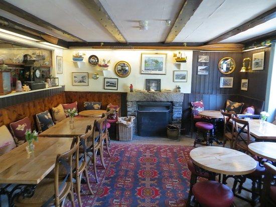 Port Gaverne, UK: Bar area