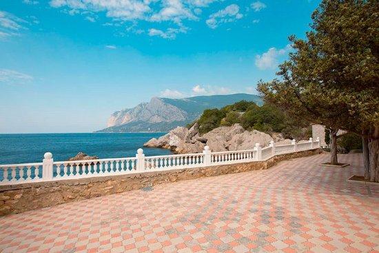 Izumrud Hotel: алея к пляжу