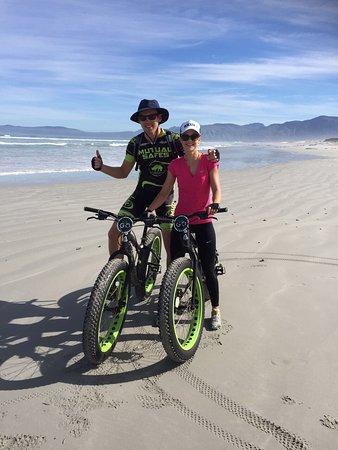 Hermanus, Sydafrika:  Doing fat bike ride on Grotto beach
