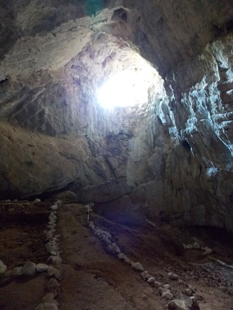 "Orsova, Romênia: Inside the cave and the ""window"" of the cave"