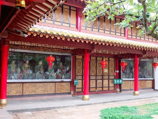 Bamboo Temple (Qióngzhú Sì) : Statue di Luohans nel cortile
