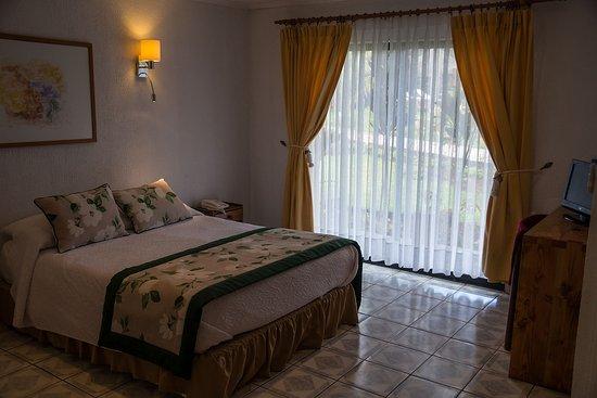 Taha Tai Hotel: grosszügiges Zimmer mit Zusatzbett und Safe.