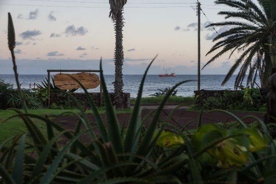 Taha Tai Hotel: Sicht vom der Terasse der Aufenthaltslobby beim Frühstückraum. Der Platz ist zugleich Parkplatz