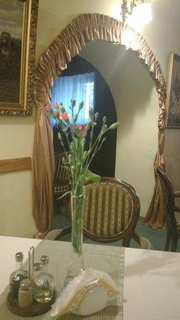 Hotel Jagiellonski Sanok: Restauracja. Wygodne i ładne krzesła w starym stylu.