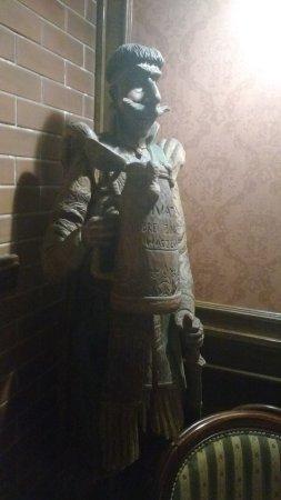 Hotel Jagiellonski Sanok: Restauracja - rzeźba woja z piwem. Aż chce się kufel zamówić :)