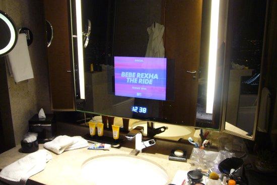 Tv dans le miroir de la salle de bain picture of for Pic de chix dans l miroir