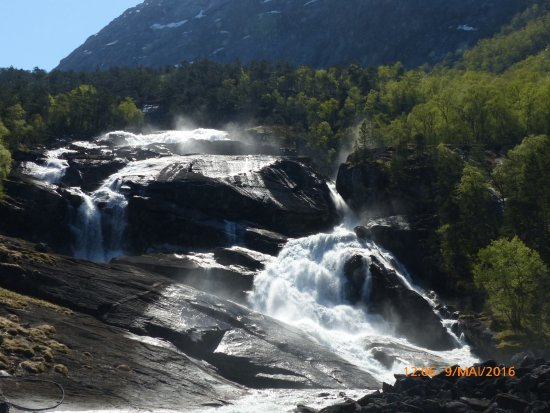 Kinsarvik, Norge: Wasserfall am Wasserkraftwerk