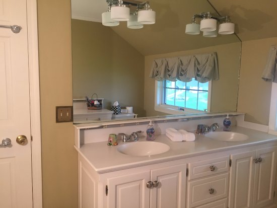 Lakeside Bed and Breakfast: Queen guest room bath recently updated